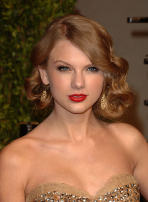 WEST HOLLYWOOD, CA - FEBRUARY 27: Singer Taylor Swift arrives at the Vanity Fair Oscar party hosted by Graydon Carter held at Sunset Tower on February 27, 2011 in West Hollywood, California. (Photo by Craig Barritt/Getty Images)